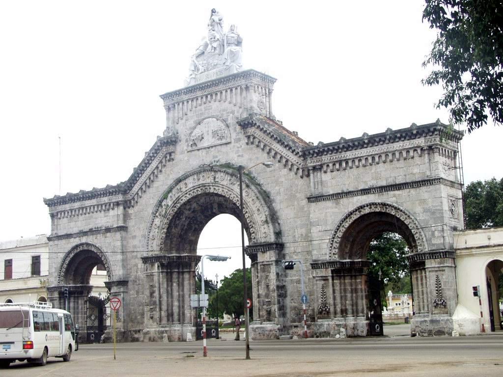 -entrada cementerio Colón